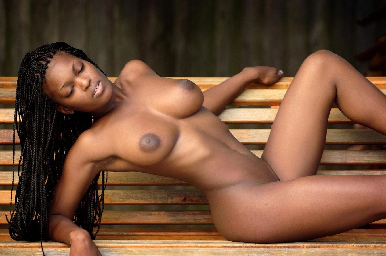В этой галерее темнокожая красотка, которая не стесняется показывать свое экзотическое тело без одежды