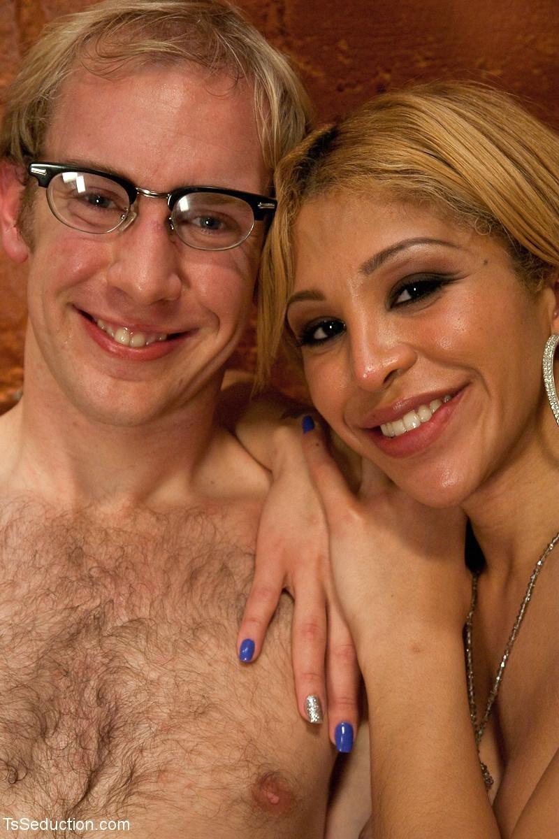 Девушка оказывается настоящим мужчиной и устраивает партнеру качественную еблю