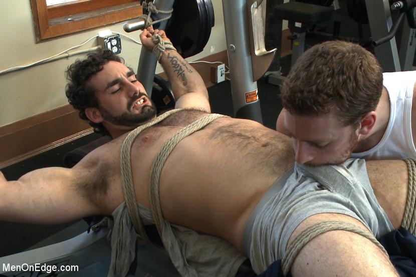 Два мужчины развлекаются в спортивном зале, а потом увлекаются и начинают делать минет друг другу