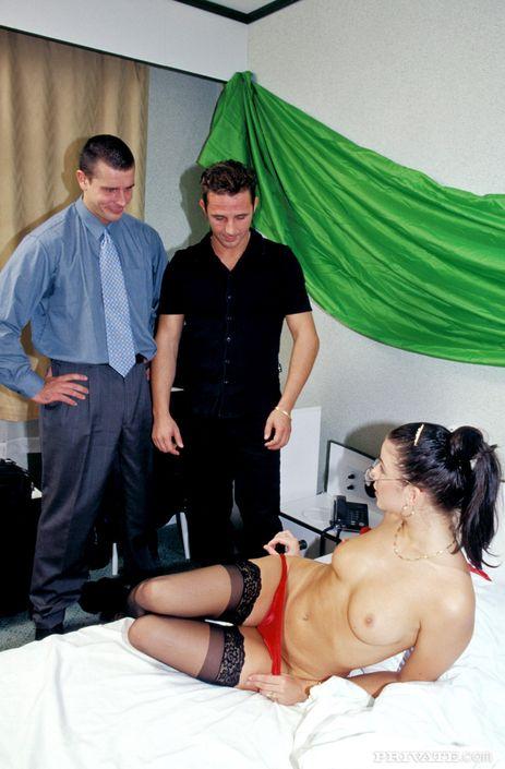 Сноровистая деваха в очках обожает трахаться в попу и киску с двумя мужчинами