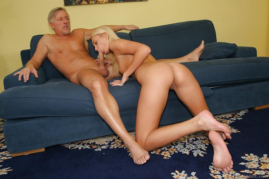Старик наслаждается анальным сексом с двумя красотками у себя дома