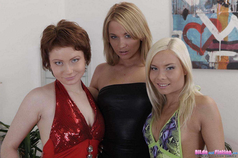 Три русских лесбиянки занялись первый раз фистингом и получают оргазм