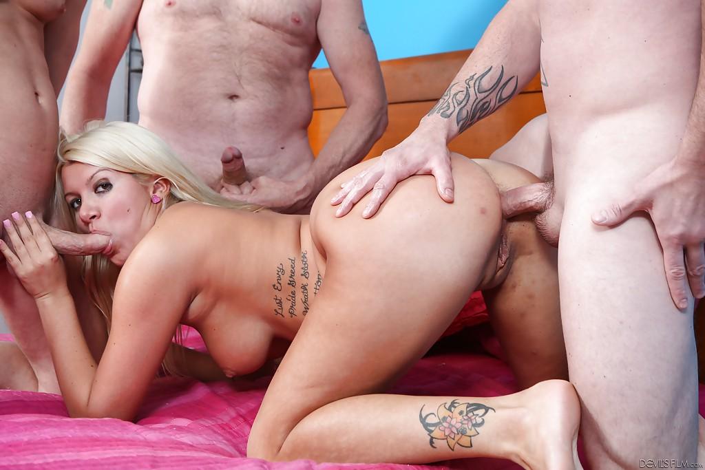 Трое парней жарят татуированную блондинку во все отверстия