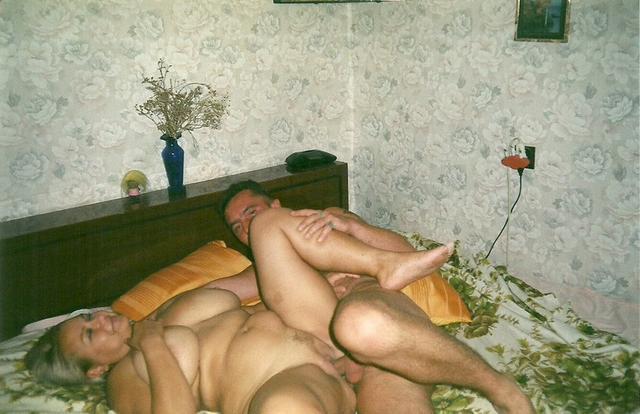 Возбуждённые жёны дают своим мужьям в попку и лижут яйца