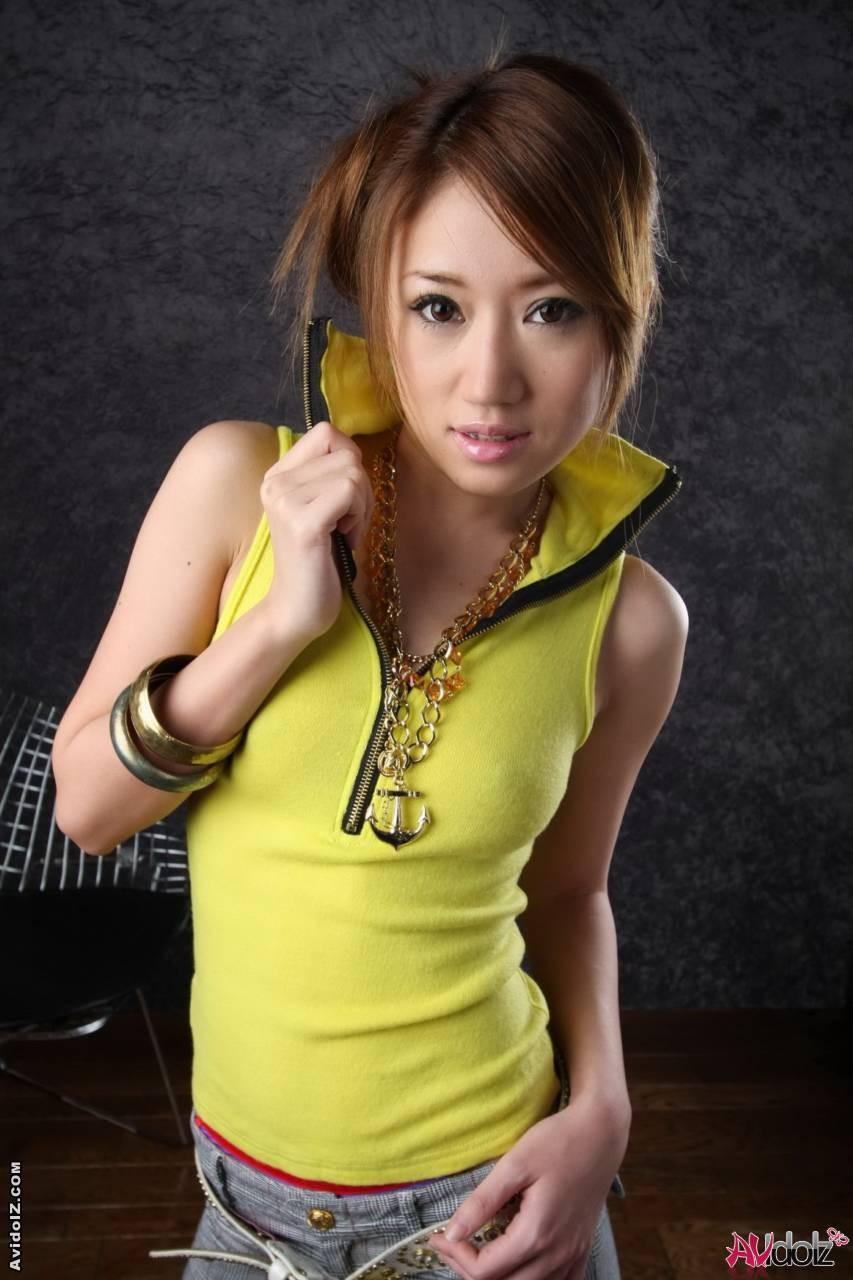Голая девушка азиатки с мохнатым лобком