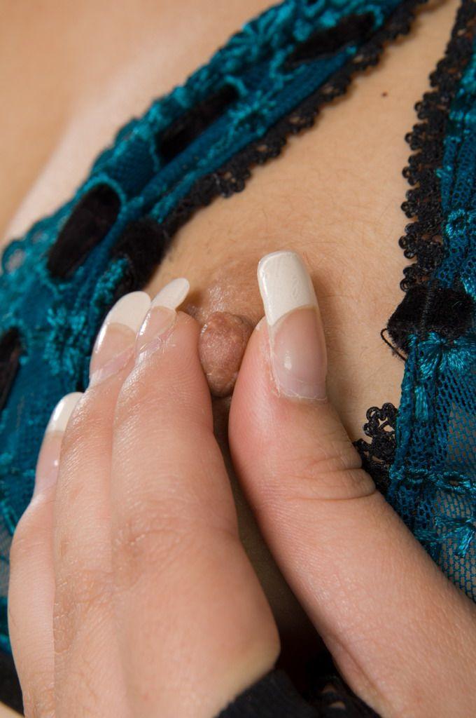 Привлекательная юная азиатка Tia Tanaka позирует в сексуальном белье, затем трахает дилдом свою сочащуюся киску