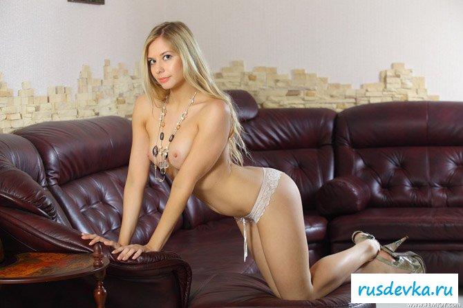 Девчуля на диване хвастается топлесс фотками