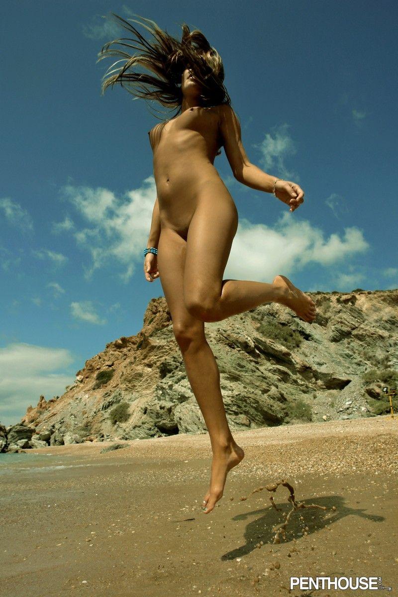 Длинноногая богиня с нежной кожей Veronika Fasterova снимает бикини и развлекается на пляже