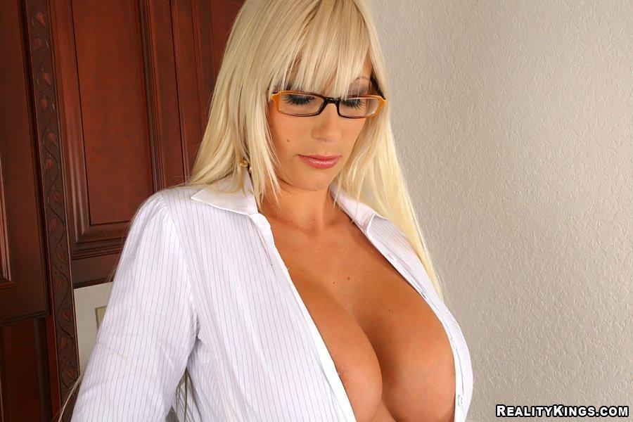 Грудастая секретарша в золотистом бикини под белой блузкой и черной юбкой Puma Swede занимается сексом