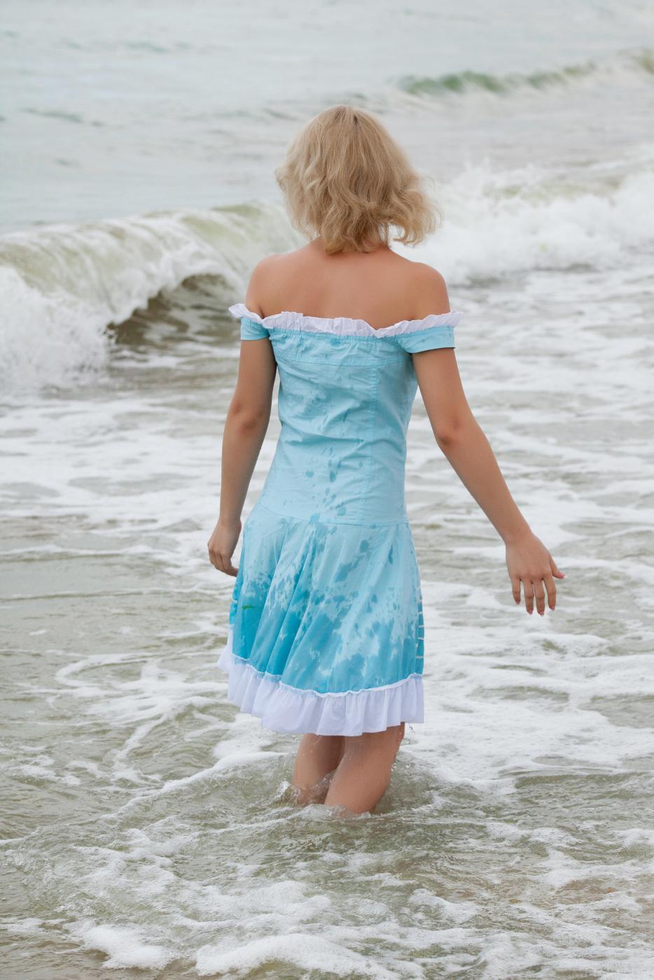 Ангельская блондинка Feeona A снимает одежду и показывает формы на волнах