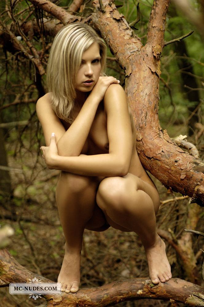 Блондинка Jenni Gregg пришла в гущу леса и полностью разделась