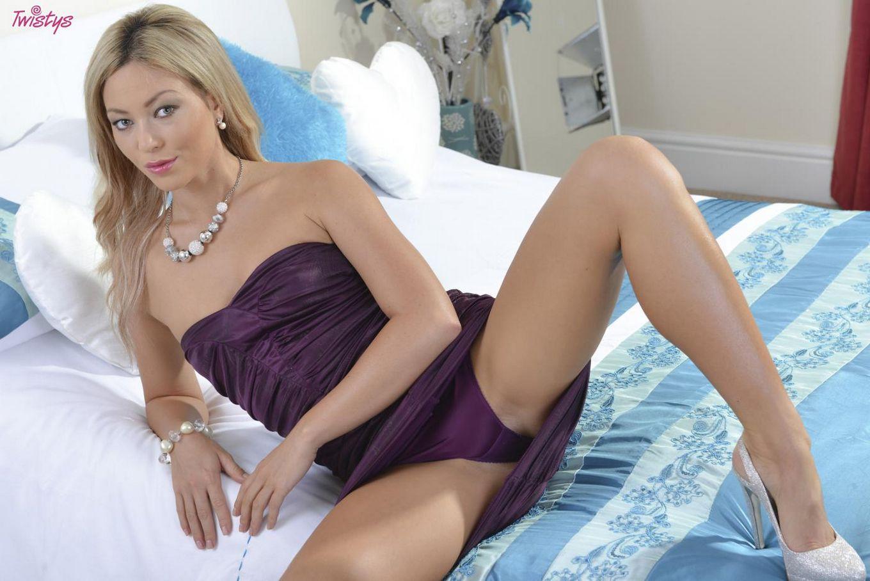 Блондинка Natalia Forrest играет  с бритой щелкой на кровати