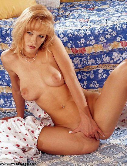Блондинка с большой грудью и бритой киской Phoenix Ray снимает пижаму и трахает себя синим дилдо