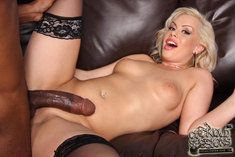 Блондинка в чулочках Tara Lynn садится киской на большой черный член, а ее парень наблюдает