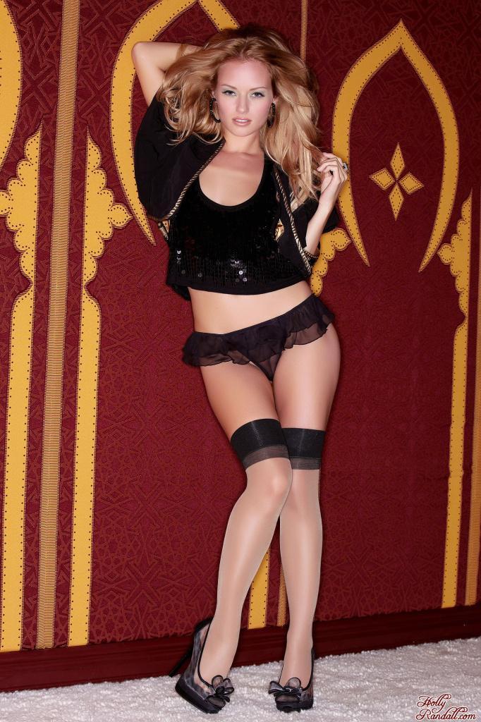 Блондинка Velvet A медленно снимает белье и показывает секреты обнаженного тела