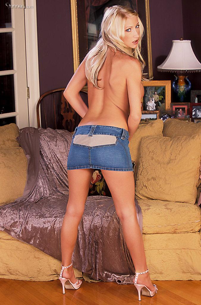 Большегрудая блондинка Nadia Hilton скинула голубые шорты и раздвинула свою проколотую киску