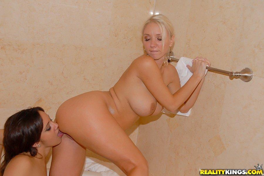 Брюнетка Lynn Love и блондинка Molly Cavalli ублажают друг друга языками