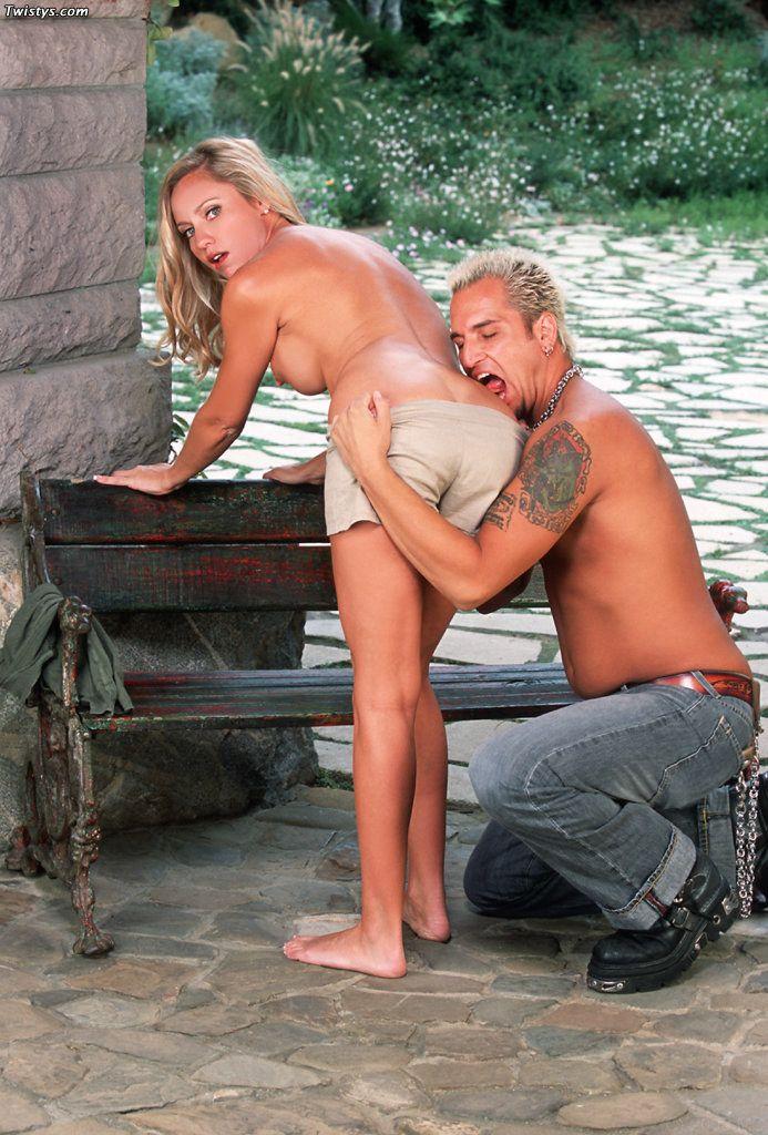 Грудастая блондинка с волосатой киской Bobbi Marie целует парня и прыгает на его могучем члене