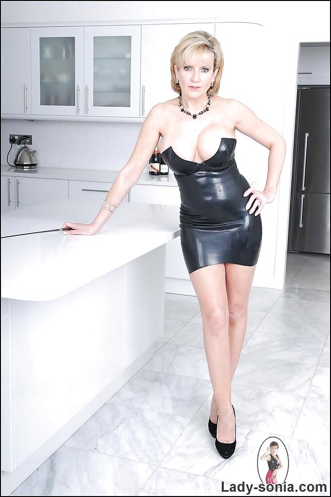 Грудастая мамочка в латексном платье показала свою пизду на кухне