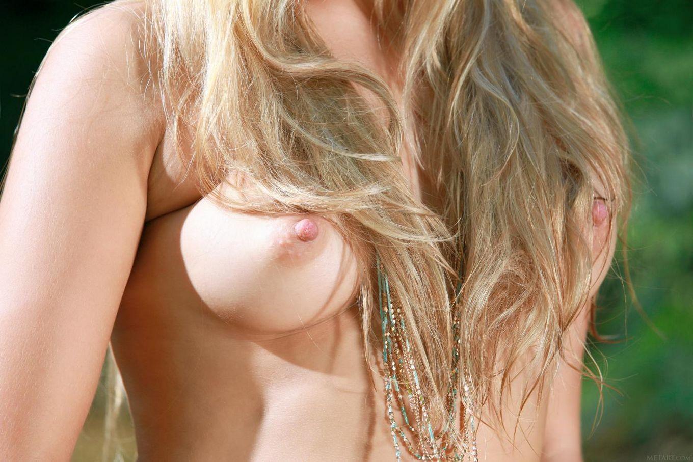 Элегантная и сексуальная блондинка Malinka A снимает одежду у маленького ручья на природе