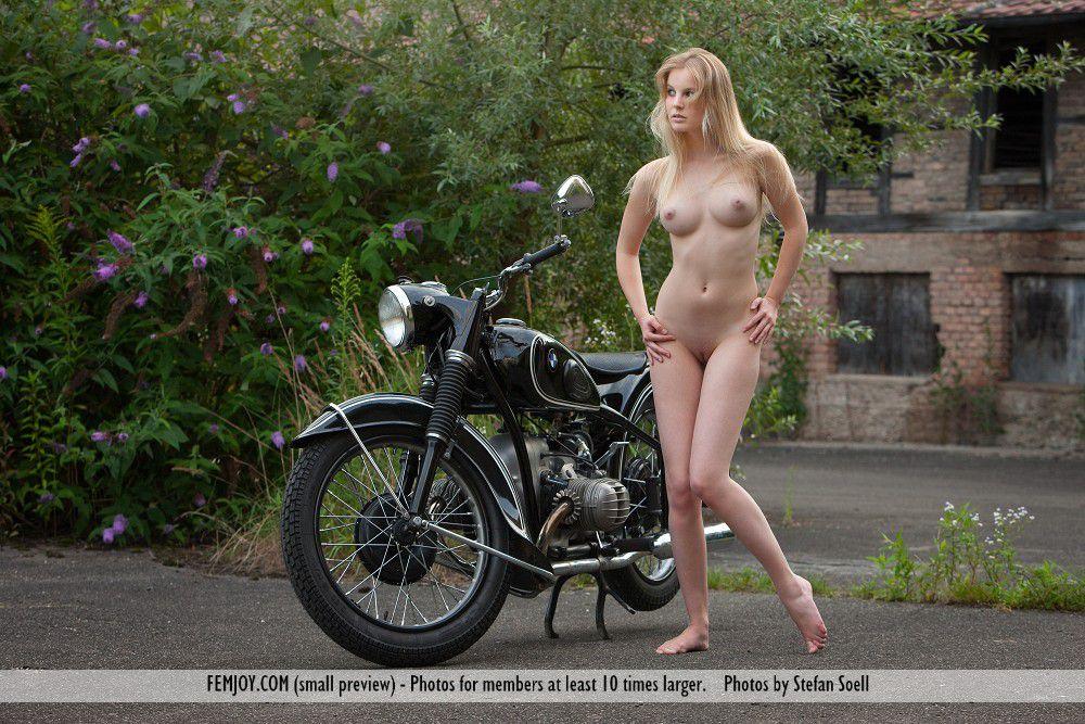 Красотка-блондинка Rosea Nubiles устраивает эротическую фотосессию, раздевается на мотоцикле