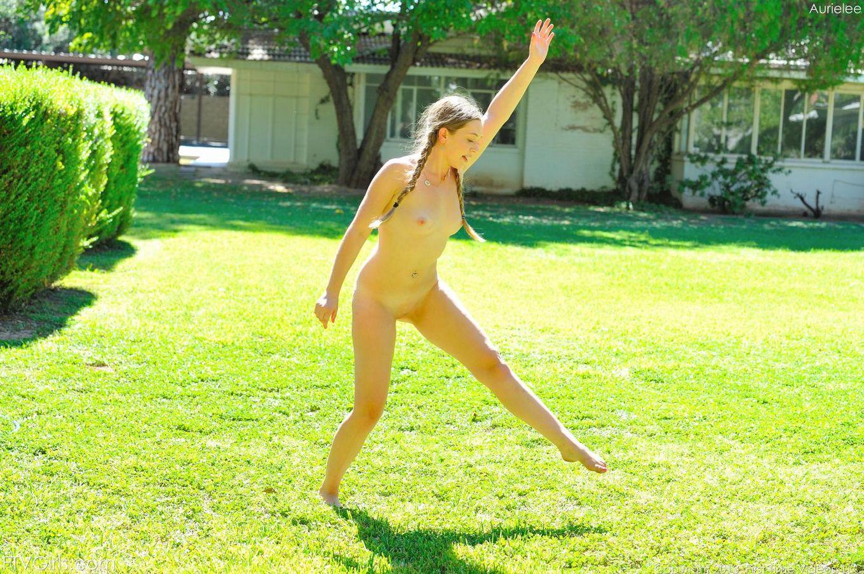 Молодая блондинка Aurielee Summers снимает одежду и трусики, чтобы нас подразнить