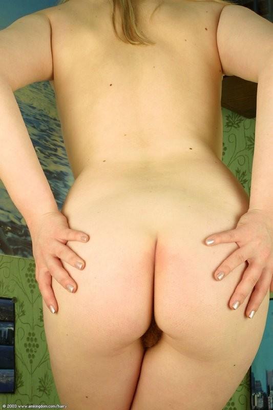 Небольшая грудь, набухшие соски, волосатая пизда - все натурально