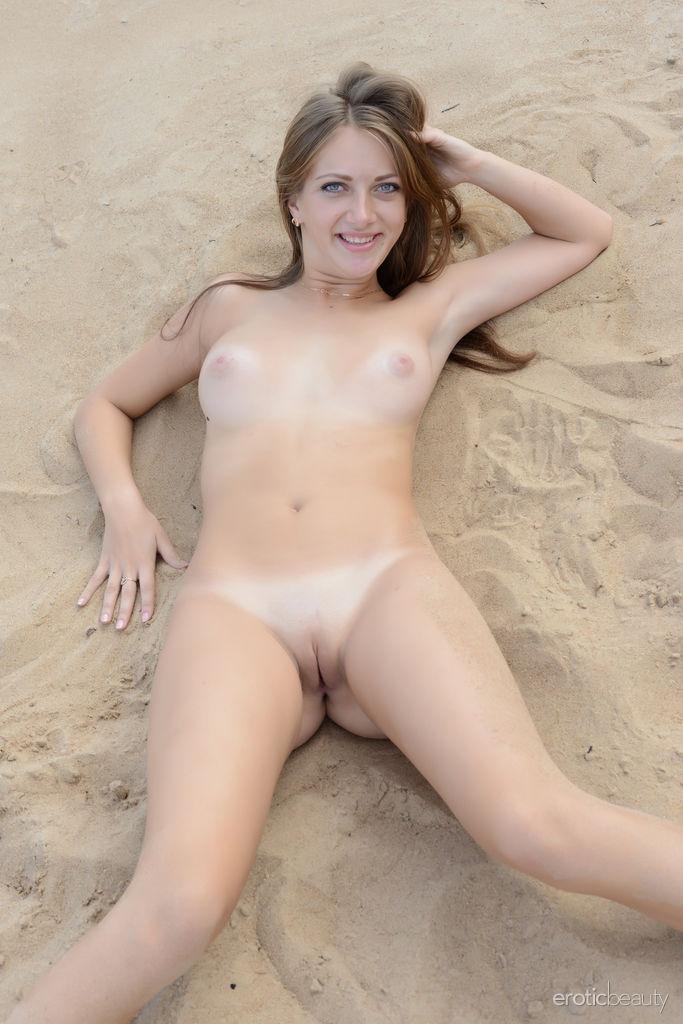 Нудистский пляж Банни Марика показывает задорные сиськи & сексуальная бритая вагина на песке