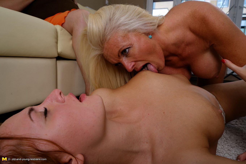 Пока две красотки лижутся друг с другом, зрелая женщина мастурбирует, глядя на их ласки
