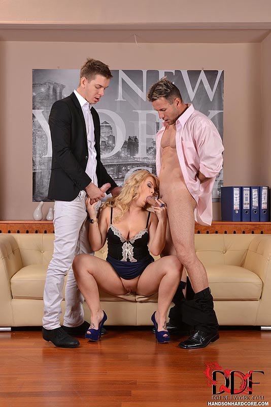 Развратная блондинка Bonnie Spanks любит, когда ее имеют анально и еще один член она ублажает ртом