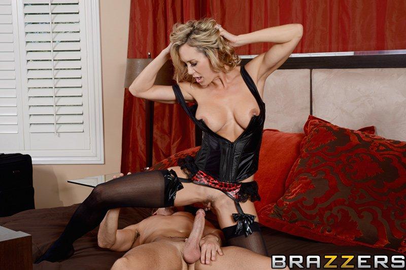 Сисястая блондинка Brandi Love наслаждается отсосом и трахом в киску