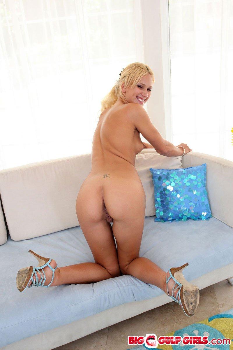 Сняв шортики и топ, блондинка Jc Simpson сжимает маленькую грудь