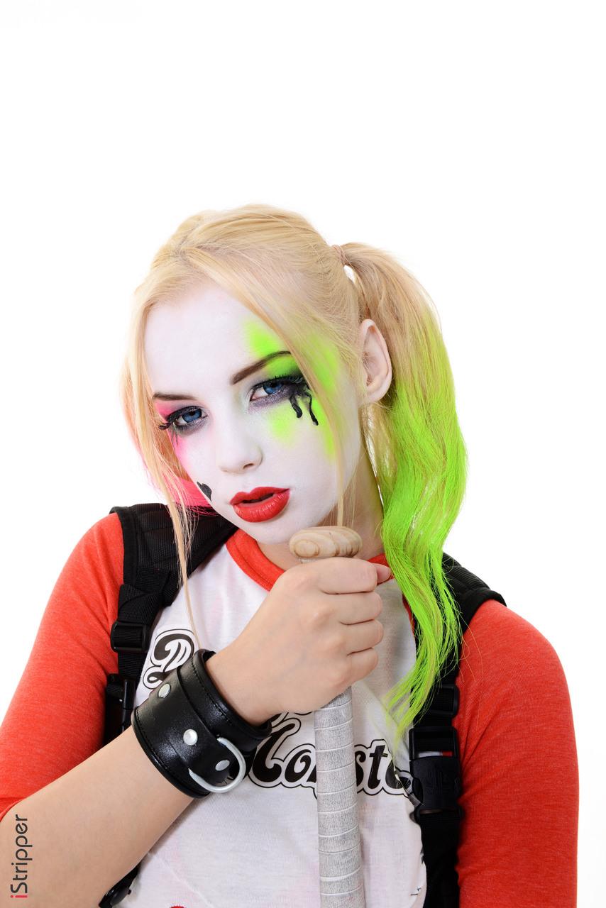 Соло девушка с нарисованным лицом раздевается догола, поставив ее бейсбольной битой