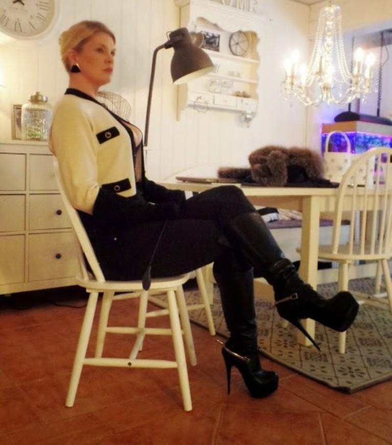 Строгая зрелая дама из Норвегии (не голая)