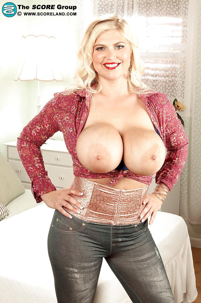 Светловолосая мамка обнажила огромную грудь в своей спальне