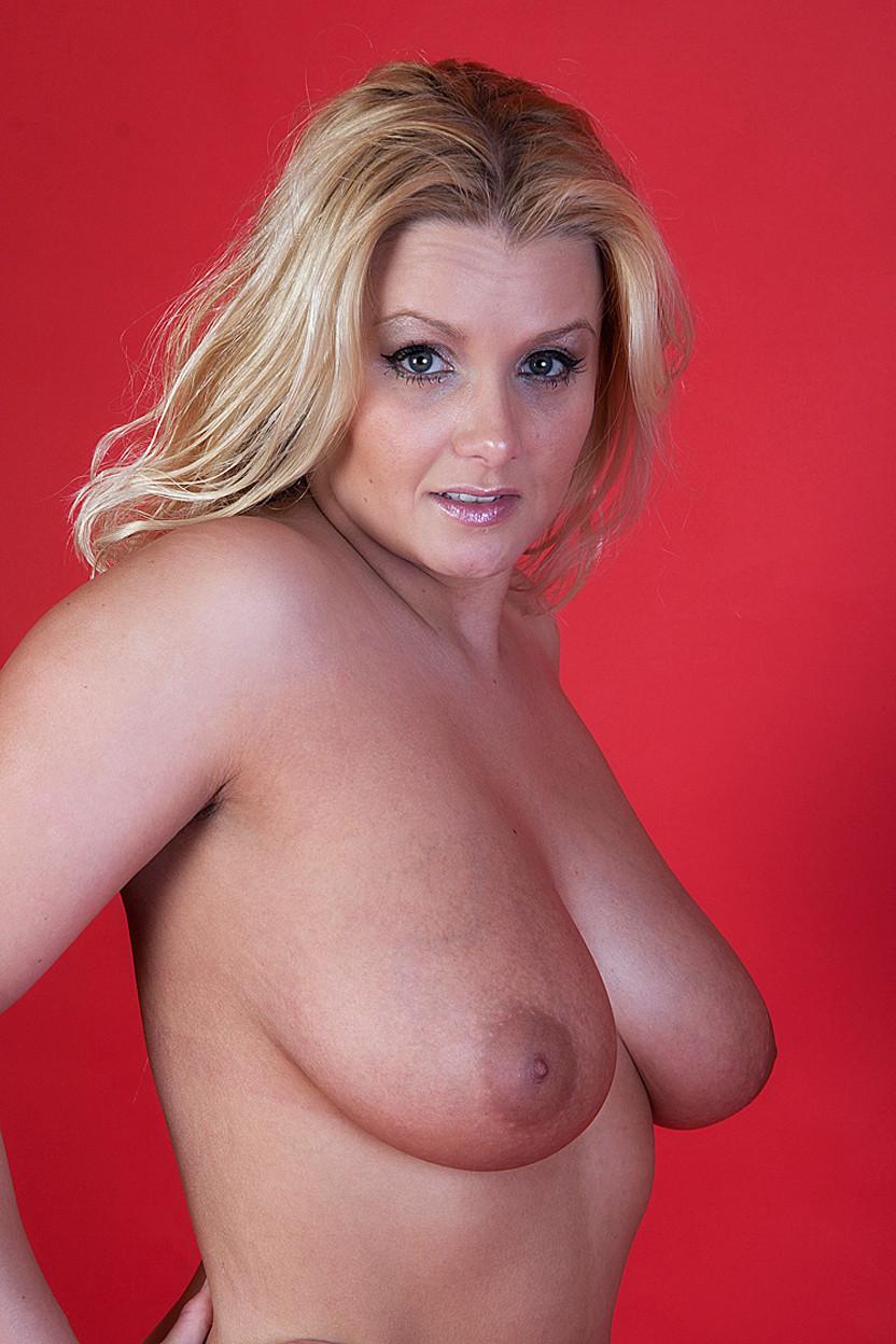Светловолосая женщина с изумительной грудью