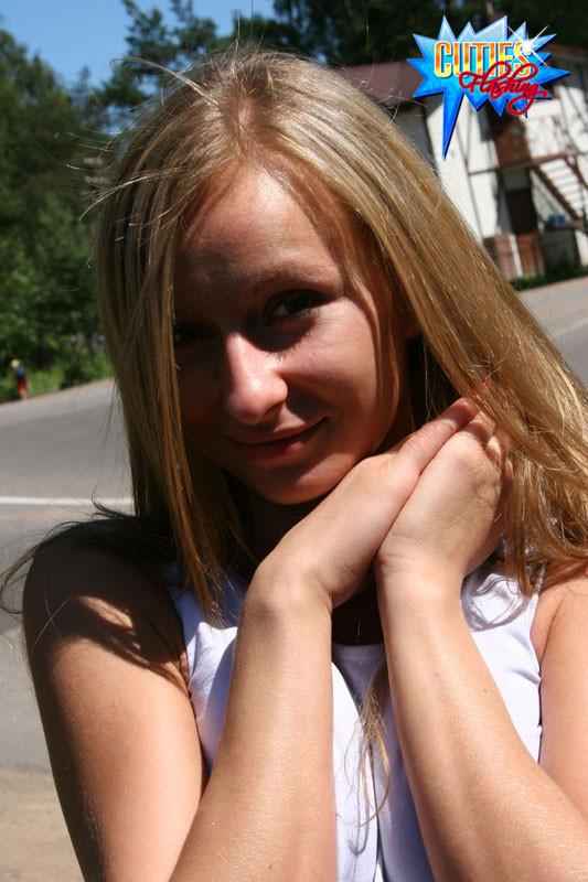Девушка засветила сиськами и пиздой на улице