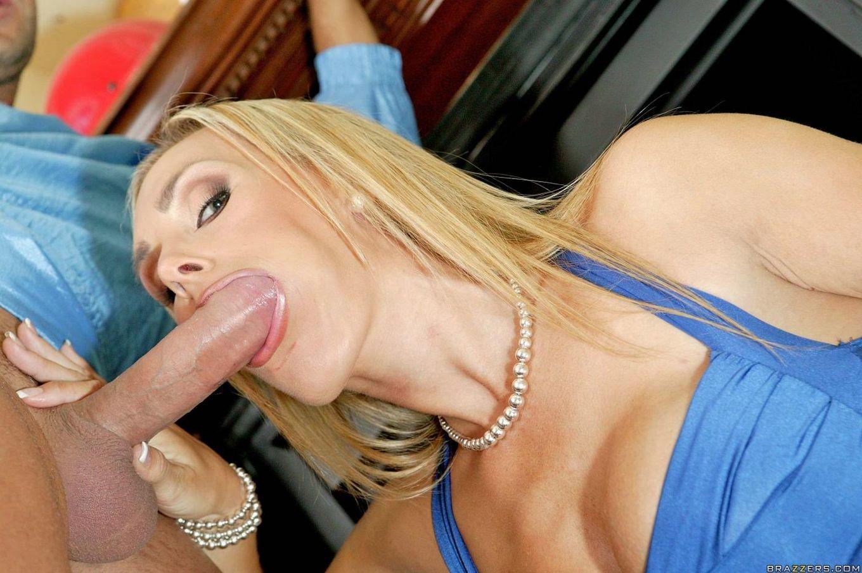 Красивая зрелая блондинка Tanya Tate показывает сиськи и принимает большой член