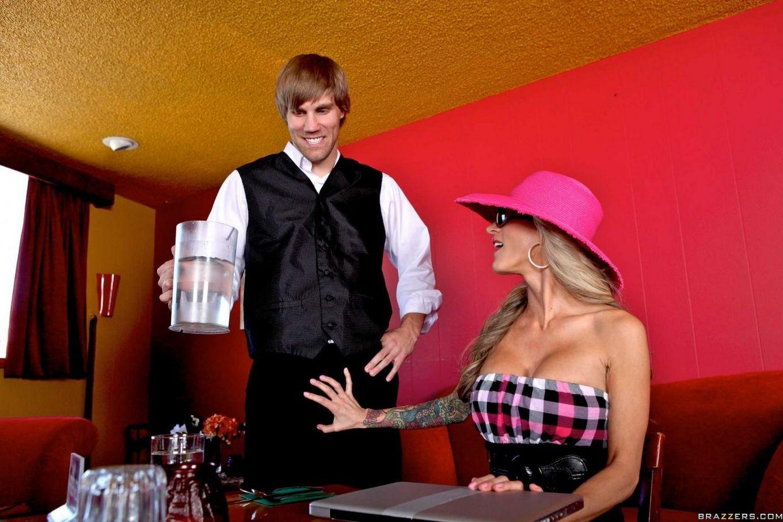 Подтянутая грудастая мамуля Sarah Jessie в розовой шляпе ебется после бизнес-ланча