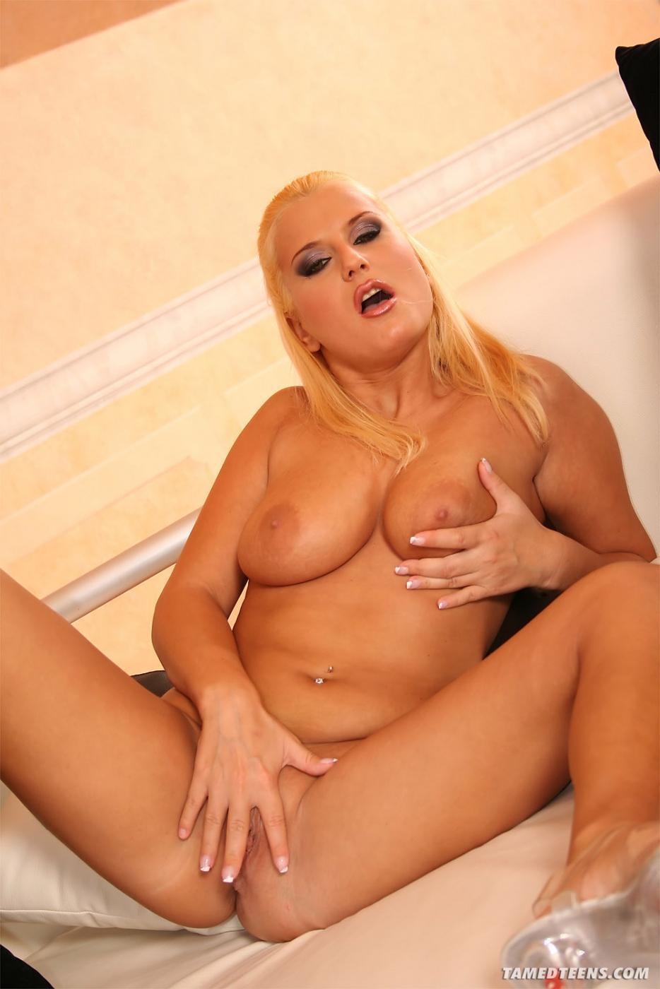 Похотливые жеребцы вдвоем трахают грудастую блондинку Myra Lyon с ярким макияжем