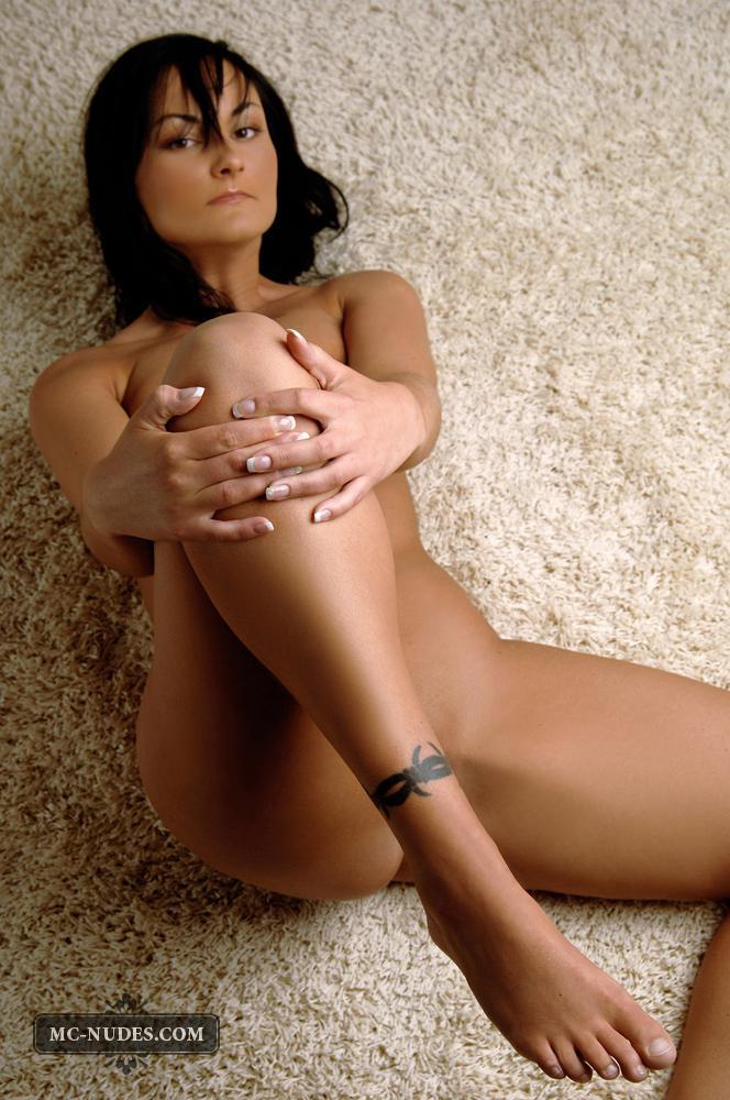 Великолепная грудастая милашка Lilly Mcnudes нуждается в демонстрации своих грудей и сосочков