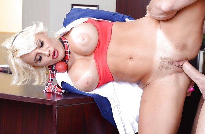 Зрелая блонда дает в киску шефу в его кабинете