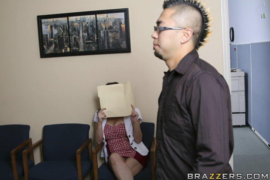 Большегрудая брюнетка Sara Stone трахается на столе в офисе
