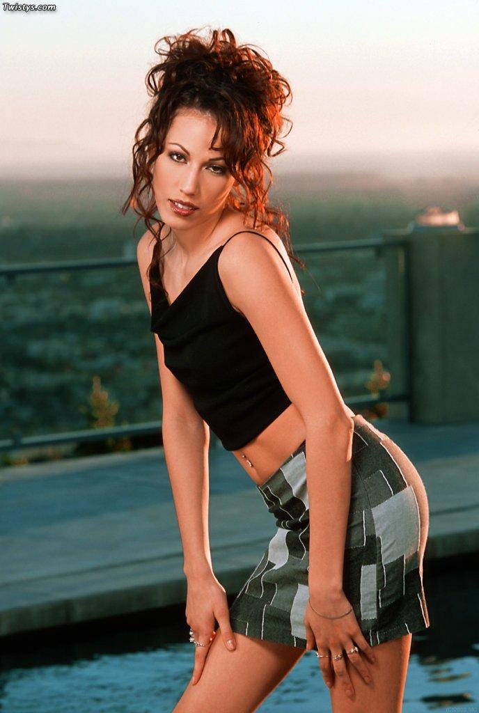 Брюнетка Layla Rivera снимает одежду и трахает себя в киску игрушкой