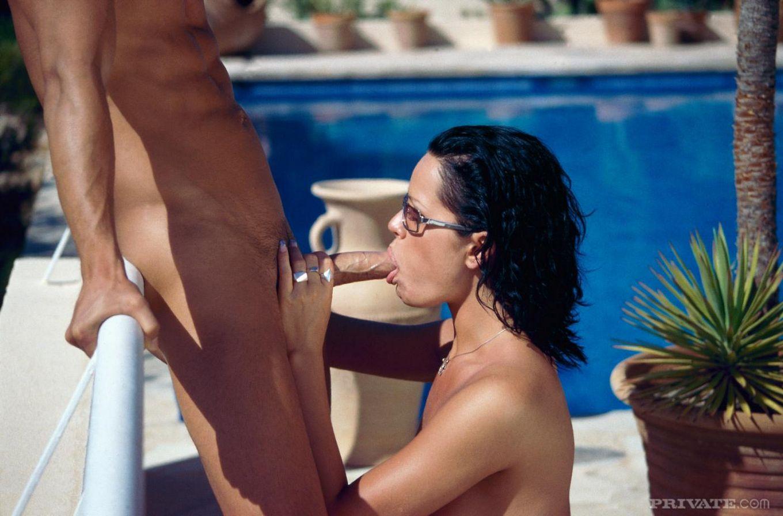 Брюнетка Sophia Love с милой киской отдает свои дырочки члену в саду