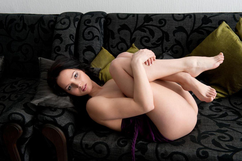 Брюнетка в красивом платье Vana A решает показать обнаженную киску и поласкать грудь