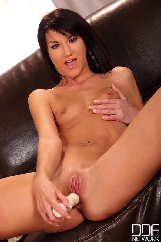 Длинноногая брюнетка Penelope Amour показывает крошечную грудь, засовывая дилдо себе в киску