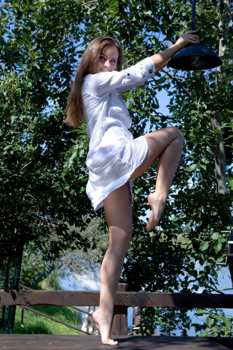 Игривая брюнетка Romina A танцует обнаженной на природе