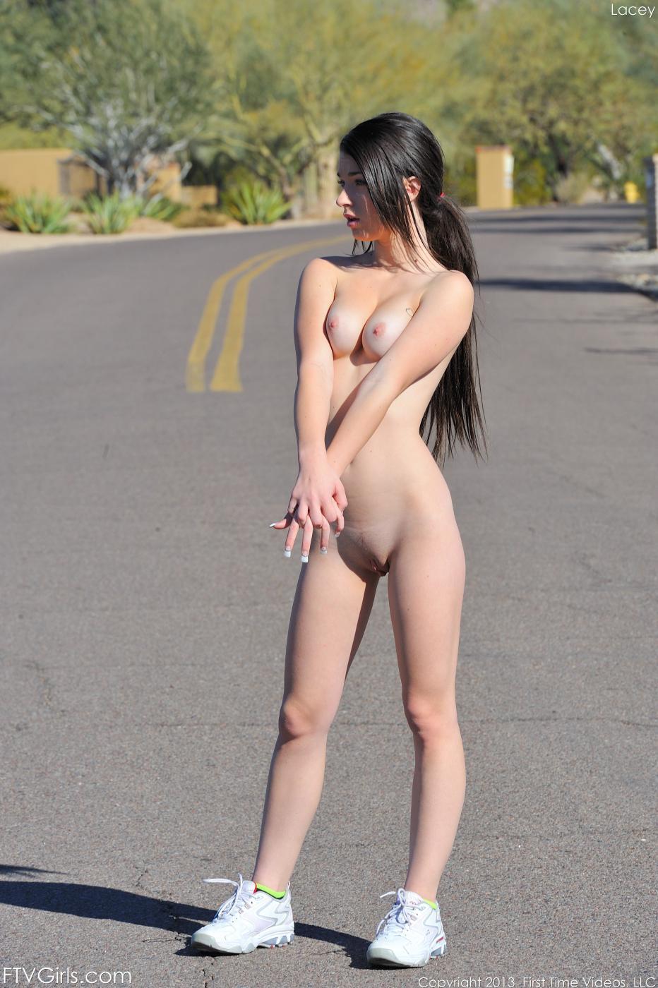 Манящая молоденькая брюнетка Lacy Channing показывает свое прекрасное голое тело на улице
