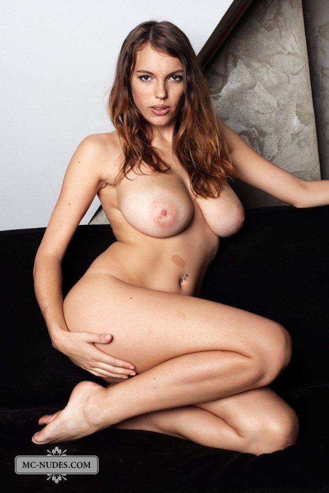 Обнаженная брюнетка Samantha Boobs ласкает свою грудь